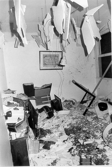 Mesa de Lyda Monteiro após a explosão da bomba endereçada a Seabra Fagundes / Foto: Acervo OABRJ