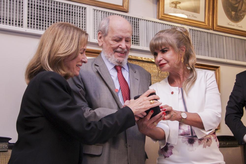 Maria Adelia Campelo e Rita Cortez entregam medalha a Sepúlveda Pertence / Foto: Bruno Marins