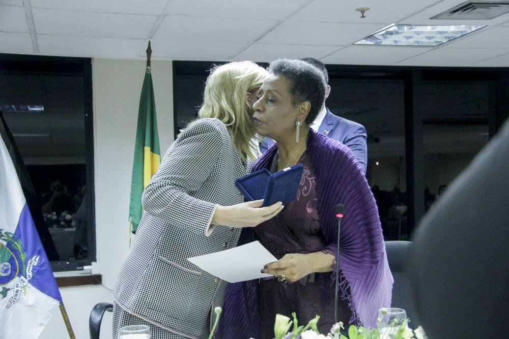 Ana Tereza Basílio recebe Medalha A Rosa Negra / Foto: Bruno Marins