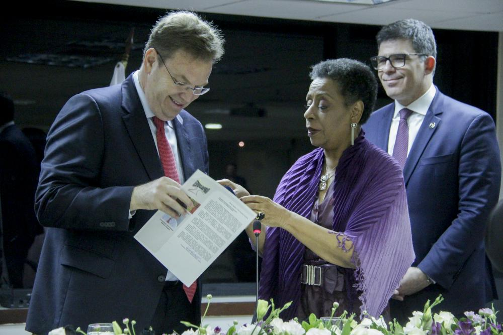 Juiz William Douglas recebe Medalha A Rosa Negra / Foto: Bruno Marins