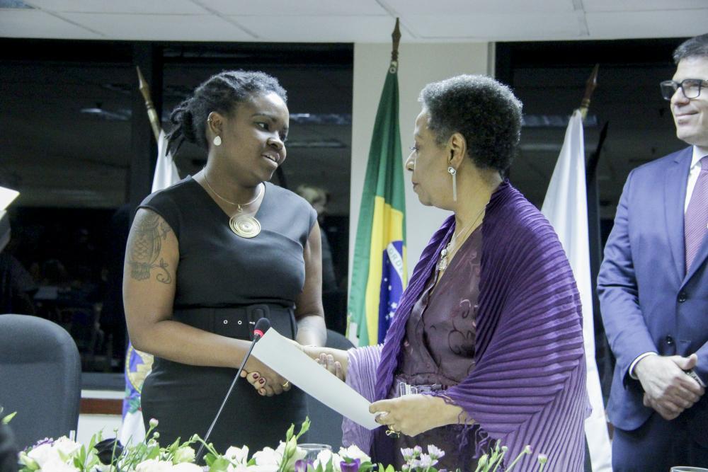 Flávia Ribeiro recebe Medalha A Rosa Negra / Foto: Bruno Marins