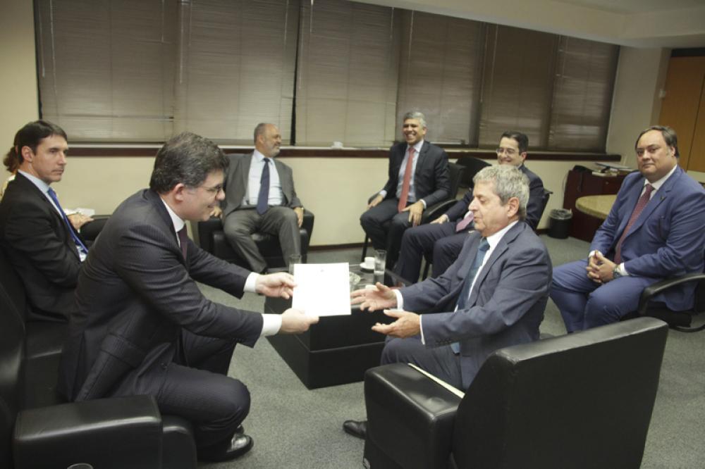 Presidente da OAB/RJ, Luciano Bandeira entrega portaria convocando PCPC para consultoria da comissão / Foto: Bruno Marins