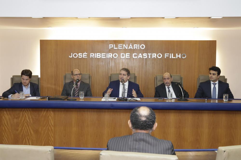 Sérgio Coelho (ao centro) / Foto: Lula Aparício